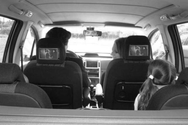 Photographie de véhicule équipé d'écrans multimédias pour les passagers arrière.