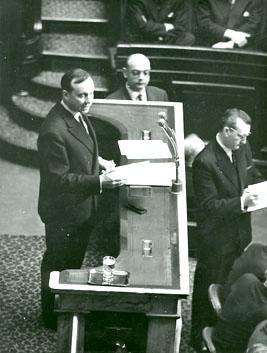 Michel Debré à la tribune de l'Assemblée nationale